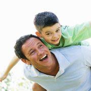 هر کس کودکی نزد او است، پس باید با او کودکانه رفتار نماید.